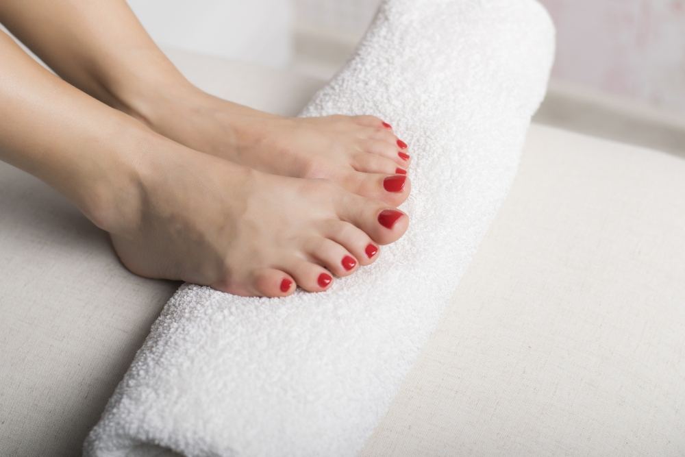 Drying feet using towel athletes foot prevention